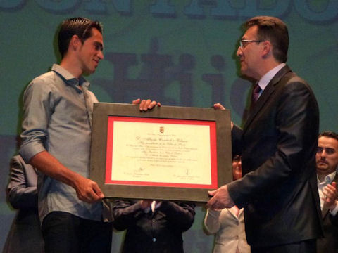 Alberto Contador with the mayor of Pinto