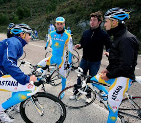 Pepe Mart� coaches Astana riders in training