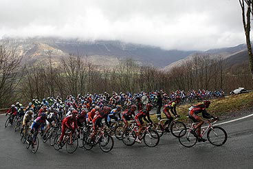 Sullen skies douse the peloton